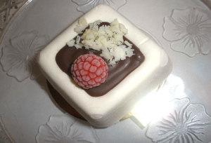 Mousse de queso con chocolate, frambuesas y virutas de chocolate blanco
